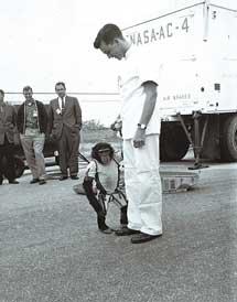 Shepard y el chimpancé Ham, que voló antes, enero de 1961 | AFP.