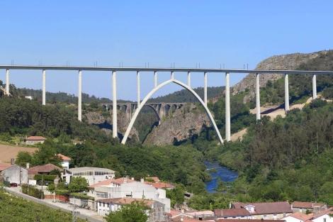 El viaducto del AVE sobre el Ulla, con el viejo puente detrás. | Fomento