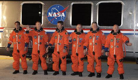 El comandante Mark Kelly (d) y el resto de tripulantes, antes de subir a la nave. | Reuters.