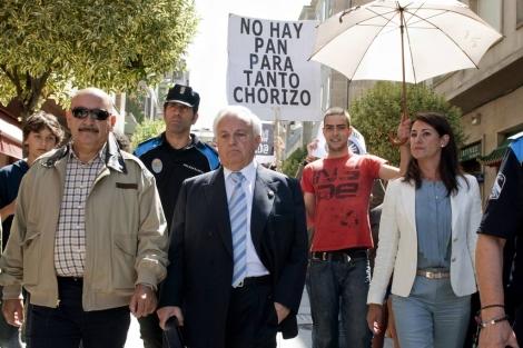 El popular José Luis Baltar, 'escoltado' por los indignados.   Efe