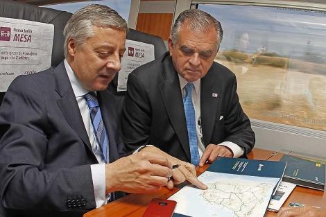 El ministro de Fomento, José Blanco, y el secretario de Transportes de EEUU, Ray LaHood, durante su viaje a Cuenca en el AVE. | Juan Carlos Hidalgo (Efe)