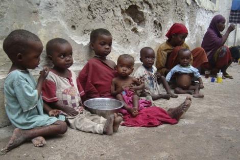 Niños y mujeres del sur de Somalia esperan en un edificio en ruinas.| AP Photo
