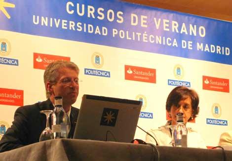 Thomas Reiter y Pilar Román, del CDTI, durante el encuentro SpaceForum.. | Ruth Gaite / UPM.