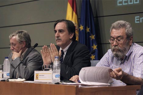 El ministro de Trabajo, Valeriano Gmez (c), y los secretarios generales de CCOO y UGT, Ignacio Fernndez Toxo (i) y Cndido Mndez (d)
