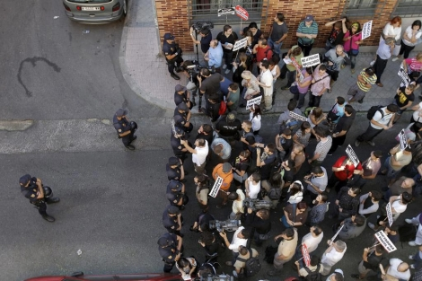 Manifestantes tratan de impedir desahucio 21 de julio. | ELMUNDO