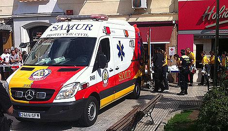 Los equipos de Emergencia trasladan al presunto agresor. | P. H.