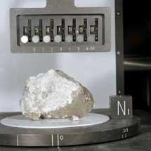 Una roca recogida en la Luna.| El Mundo