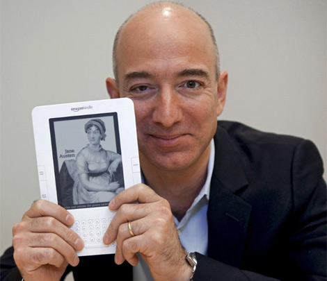 El fundador de Amazon, Jeff Bezos, sujeta un Kindle. | Reuters