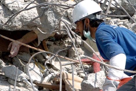 Una víctima atrapada en el terremoto de Pakistán de 2010. | AFP