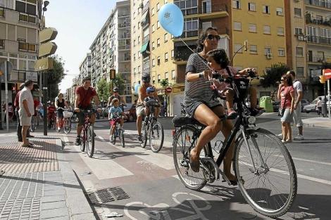 Paseo en bici durante la semana europea de la movilidad.   Carlos Díaz