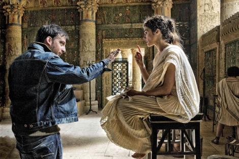 Alejando Amenábar dirige a Rachel Weisz durante el rodaje de'Ágora'. | Efe