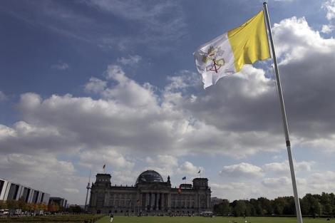 La bandera del Vaticano ondea ante el Reichstag, donde hablará el Papa. | Efe |
