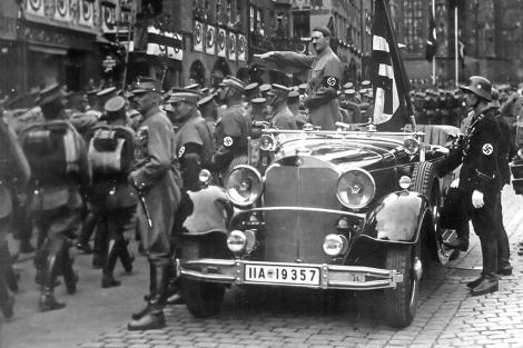 Adolf Hitler sobre el mismo coche que fue multado por exceso de velocidad. | National Archives