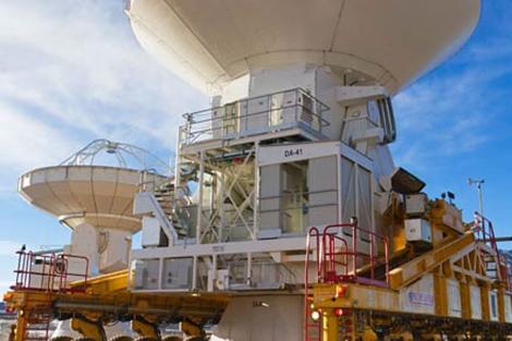 La última gran antena instalada en ALMA, por parte de ESO, en julio de este año.|ESO