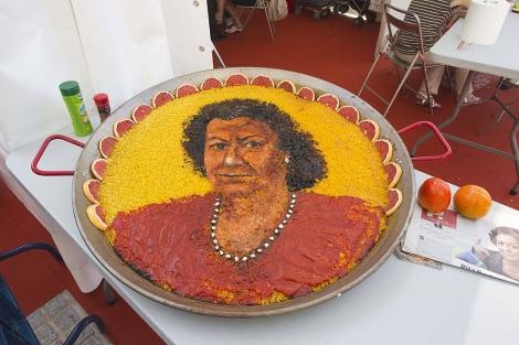 Paella creada con la cara de la alcaldesa de Valencia. | Benito Pajares