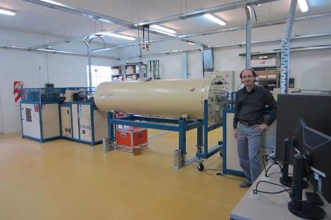 Xavier Bertou, junto a un acelerador de partículas en Bariloche.|EL MUNDO.ES