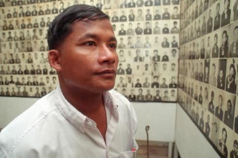 Nhem En observa las fotos que tomó a las víctimas en el Museo del Genocidio en Phnom Penh.