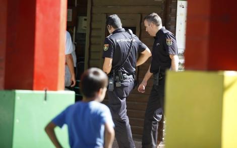Dos agentes patrullando el parque donde han desaparecido dos niños. | Efe