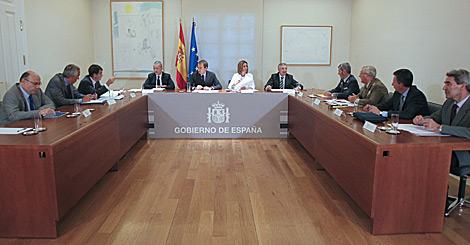 Zapatero, Chacón, Camacho y Blanco, junto a los expertos. | Efe