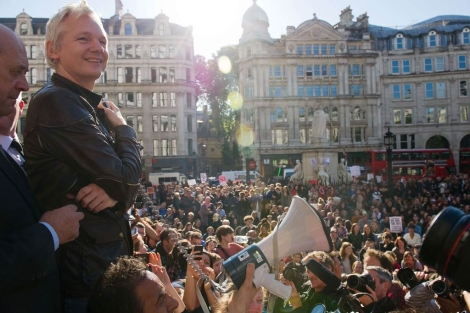 Assange, junto a la catedral se St. Paul. | Afp