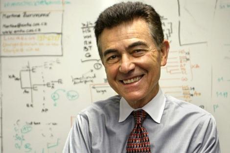 Francisco J. Ayala en su despacho de la Universidad de California, Irvine.