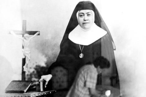 Bonifacia Castro vestida con el hábito de monja y junto a un crucifijo y libros sagrados. | EM