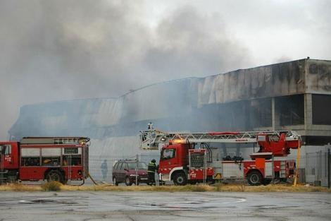 Los bomberos trabajando en la extinción del incencio. | Emergencias Madrid