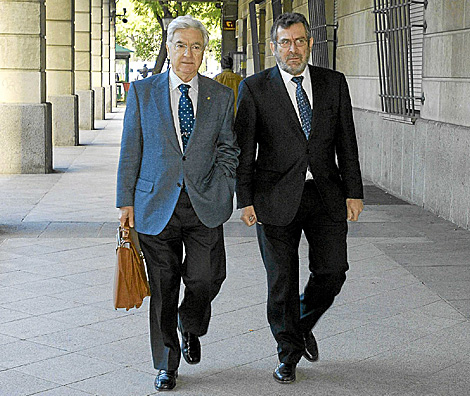 El ex delegado de Empleo, Antonio Rivas, (derecha) junto a su abogado. | EM