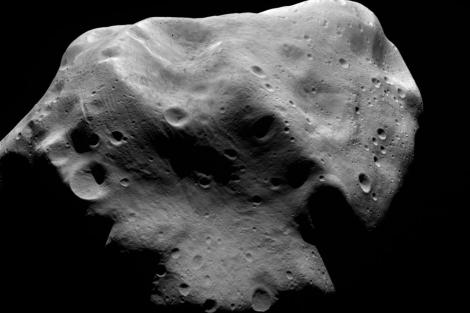 Imagen del asteroide Lutetia captada por la sonda 'Rosetta' en 2010. | ESA.