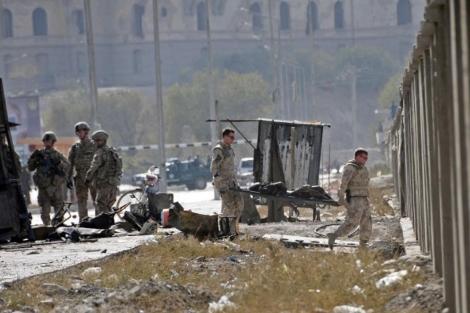Soldados de la OTAN trasladan el cuerpo de una víctima en el ataque terrorista en Kabul. | AFP