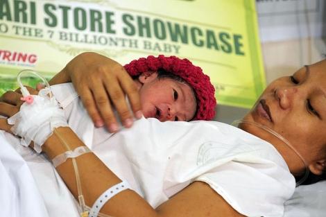 Danica May Camacho, con su madre en el hospital.| Afp
