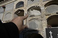 Un hombre señala el nicho expoliado. | M.C.