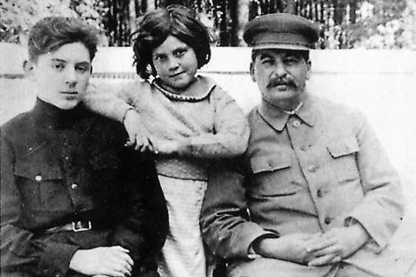 Svetlana Stalinova, con Stalin y uno de sus hermanos.