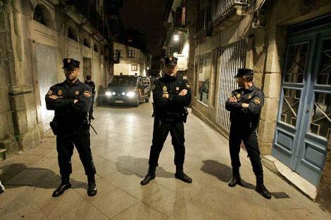 La Policía Nacional, durante los registros en Vigo este noviembre.   Rosa González