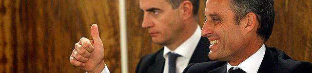 Camps celebra el fallo con Ricardo Costa al fondo. | Efe MÁS IMÁGENES