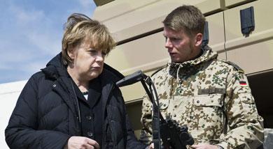Angela Merkel con un soldado alemán en Mazar-i-Sharif. | Afp