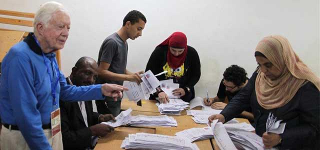 El expresidente estadounidense Jimmy Carter observa el conteo de votos en El Cairo. | Efe