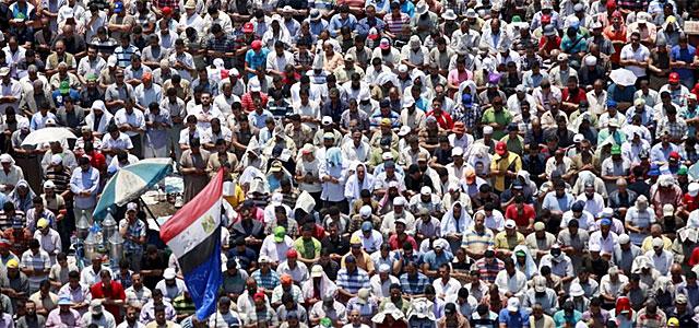 Momento del rezo del medio día en la Plaza Tahrir.| Efe