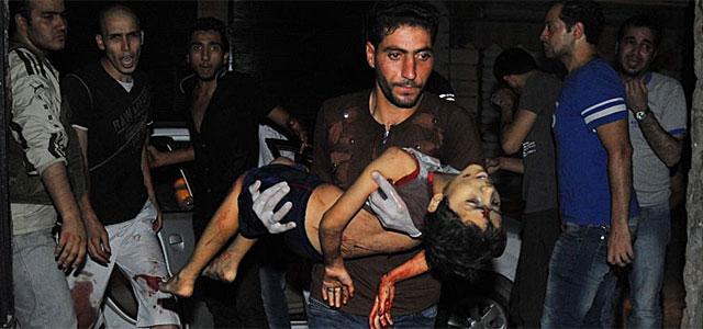 El cuerpo de un niño fallecido por la violencia en Alepo. | Afp