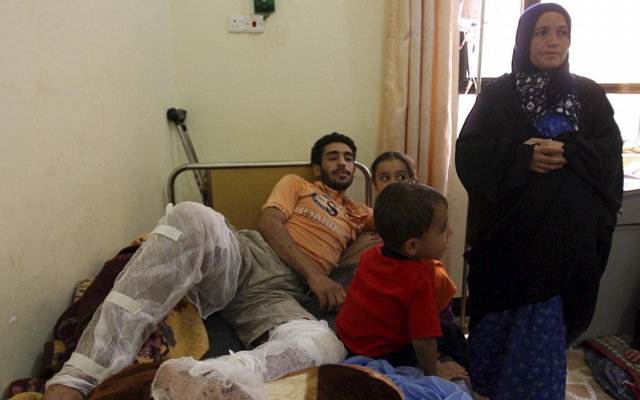 Un refugiado sirio recibe asistencia médica en un hospital de la frontera con Irak. | Efe