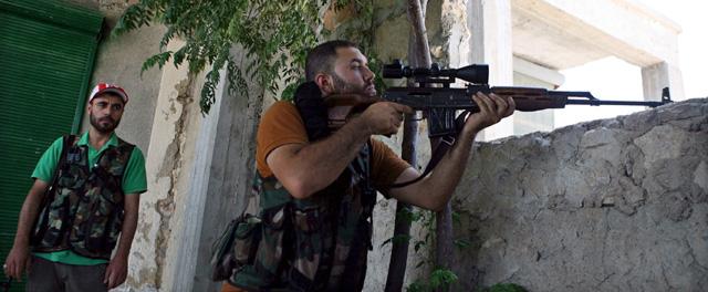 Rebeldes disparan contra la fuerzas de Asad en la ciudad de Alepo el pasado día 16. | Efe