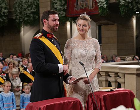 El Príncipe Guillermo de Luxemburgo y la belga Stéphanie de Lannoy, en la ceremonia. | Gtres