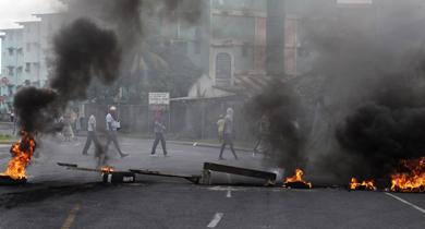 Manifestantes cortan con fuego una carretera en Colón.   Reuters