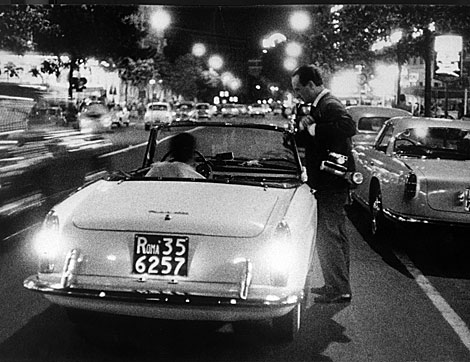 Secchiaroli y el agente Enrico Lucherini en Via Veneto, 1958. | Cortesía de David Secchiaroli