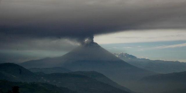 """El Tungurahua, en erupción.  La Secretaría Nacional de Gestión de Riesgos (SNGR) de Ecuador declaró el domingo en """"alerta naranja"""", la segunda de mayor nivel."""