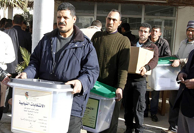 Varios trabajadores preparan las urnas electorales. | Efe