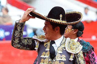 El torero mexicano Uriel Moreno tras cortar dos orejan en la Plaza M�xico. | Efe