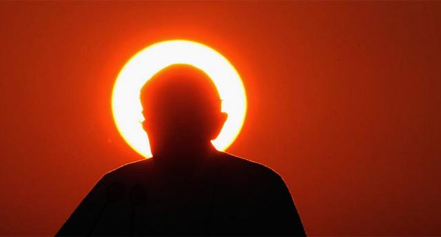 El Papa en una foto al atardecer. | Getty