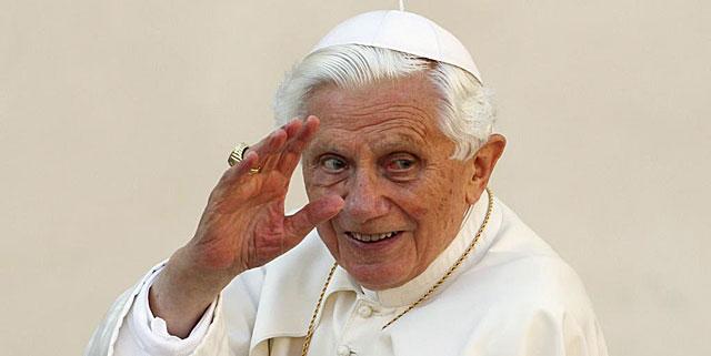 Benedicto XVI saluda a su llegada a la Plaza San Pedro. | Reuters