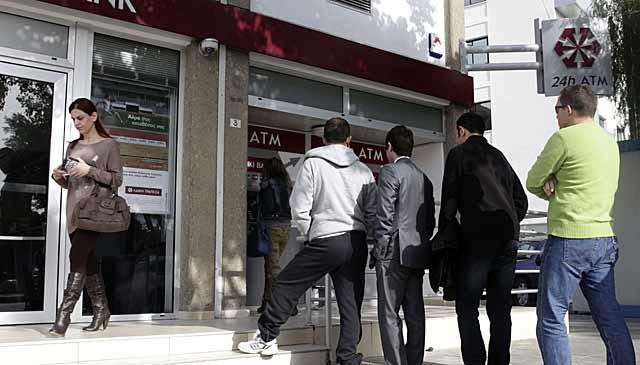 Colas en Chipre para sacar dinero del cajero.